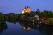 Alemania, Hesse, Limburgo, Limburgo Catedral en el río Lahn por la noche - foto de stock