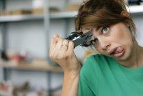 Забавная женщина в офисе топчет лоб — стоковое фото