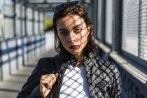 Ritratto di giovane donna su un ponte — Foto stock