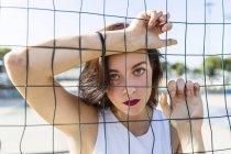 Портрет молодой женщины за оградой — стоковое фото