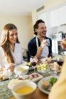Друзья веселятся, обедают вместе — стоковое фото