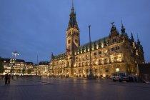 Deutschland, hamburg, blick auf beleuchtetes hamburger rathaus — Stockfoto