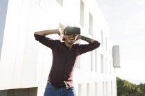 Homem em um terraço, jogando com óculos VR — Fotografia de Stock