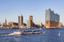 Germania, Amburgo, paesaggio urbano con Elbe Philharmonic Hall e tourboat sull'Elba — Foto stock