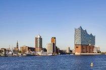 Germania, Amburgo, paesaggio urbano con la Filarmonica dell'Elba vista dall'acqua — Foto stock