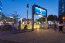 Alemania, Berlín, Alexanderplatz, Berlin TV Tower y la estación de metro Alexanderplatz por la noche - foto de stock