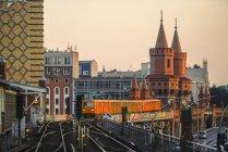 Alemania, Berlín, Berlín-Friedrichshain, Puente de Oberbaum, Vista desde la estación de metro Warschauer Strasse por la noche - foto de stock