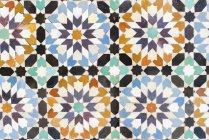 Marruecos, Marrakech, Ben Youssef Madrasa, detalle de azulejos de colores - foto de stock