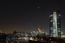 Germania, Francoforte sul Meno, vista sullo skyline illuminato e sulla Banca centrale europea all'eclissi lunare totale — Foto stock