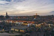 Marocco, Marrakesh, vista sul bazar di Jemaa el-Fnaa la sera — Foto stock