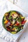 Ensalada con pepino, tomate, rábano rojo y pimiento - foto de stock