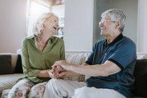 Glückliches Seniorenpaar zu Hause — Stockfoto