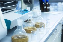 Verrerie de laboratoire sur table en laboratoire — Photo de stock