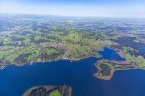 Allemagne, Bavière, Chiemgau, Vue aérienne du lac Chiemsee, Prien et Rimsting, Schafwaschener Winkel, Péninsule Sassau — Photo de stock