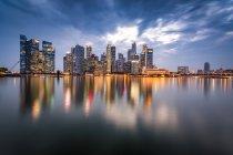 Singapur, Distrito financiero, Edificios de gran altura por la noche - foto de stock