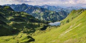 Германия, Бавария, Allgaeu, Альпы Allgaeu, Панорама Зейгерсаттель, Seealpsee, Hoefats слева — стоковое фото