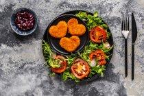 Camembert al forno a forma di cuore con rucola, lattuga di agnello, pomodoro, ravanello e mirtillo — Foto stock