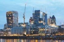 Regno Unito, Inghilterra, Londra, quartiere finanziario con grattacieli moderni all'alba, lunga esposizione — Foto stock