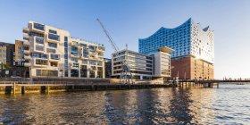 Germania, Amburgo, HafenCity, Elbe Philharmonic Hall, Sandtorhafen e case residenziali moderne — Foto stock