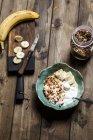 Шоколадний кокосовий гранола з бананами і йогуртом — стокове фото