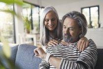 Старшая пара смотрит на умные часы — стоковое фото