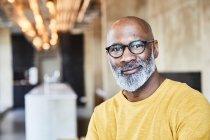 Портрет уверенного зрелого бизнесмена в должности — стоковое фото