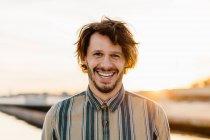 Портрет смеющегося человека на закате — стоковое фото