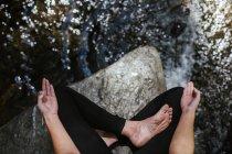 Тісний зв'язок жінки, яка практикує йогу на мітлі — стокове фото