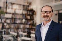 Портрет уверенного зрелого бизнесмена в кафе — стоковое фото