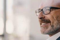 Портрет уверенного зрелого бизнесмена — стоковое фото