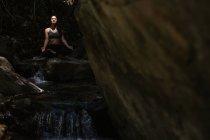 Жінка практикує йогу на мітлі. — стокове фото