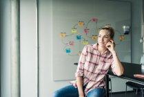 Незвичайна комерсантка, яка сидить на порозі з картою розуму. — Stock Photo