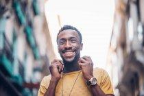 Портрет смеющегося мужчины в наручных часах — стоковое фото