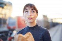 Retrato de una joven con bigote de papas fritas haciendo pucheros - foto de stock