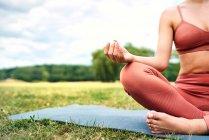 Крупный план женщины, практикующей йогу в парке — стоковое фото