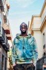 Портрет счастливого молодого человека в городе — стоковое фото