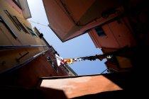 Vista panorâmica da lavanderia pendurada em Manarola, Cinque Terre, Itália — Fotografia de Stock