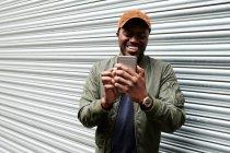 Портрет смеющегося мужчины, делающего селфи со смартфоном — стоковое фото