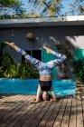 Женщина, практикующая йогу у бассейна, Коста-Рика — стоковое фото
