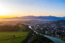Vista aérea de Bad Toelz contra el cielo despejado durante el amanecer, Isarwinkel, Alemania - foto de stock