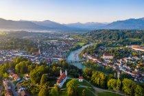Vista aérea de Bad Toelz contra el cielo despejado durante el amanecer, Baviera, Alemania - foto de stock