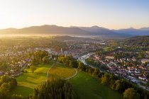 Vista aérea de Bad Toelz contra cielo despejado al amanecer, Baviera, Alemania - foto de stock
