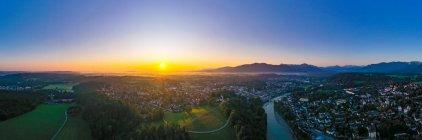 Vista aérea de Bad Toelz contra el cielo despejado al amanecer, Isarwinkel, Alemania - foto de stock