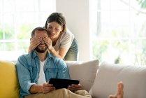 Молоде подружжя, яке добре проводить час на дивані. — стокове фото