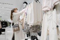 Жінка з масками в магазині моди. — стокове фото