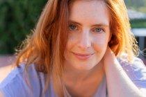 Porträt einer rothaarigen Frau, die in die Kamera blickt — Stockfoto