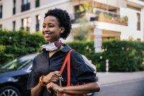 Портрет усмішки молодої жінки з захисною маскою на вулиці. — стокове фото