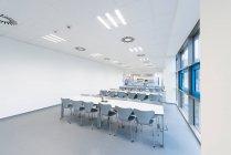 Sala de conferencias, 3d representación de la oficina moderna interior de la universidad - foto de stock