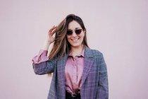 Портрет усміхненої жінки у сонцезахисних окулярах. — стокове фото