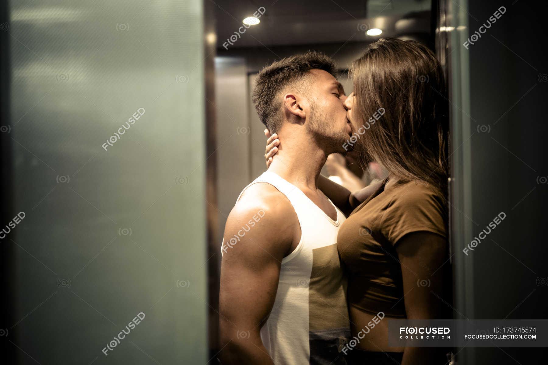 Трахнули зрелую в лифте, Трахнул зрелую в лифте Поебушки. Ком 26 фотография